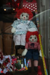 Raggedy Ann and Raggedy Andy dolls in store window, Frederick, Maryland